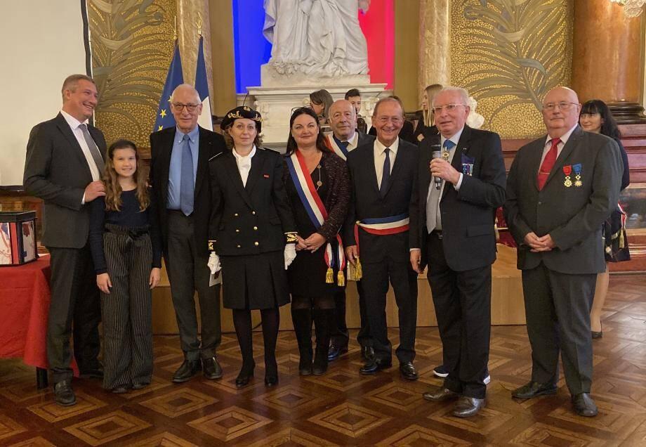 Michael Likierman entouré de sa famille, d'élus et représentants des autorités après la remise de son brevet de naturalisation.(DR)