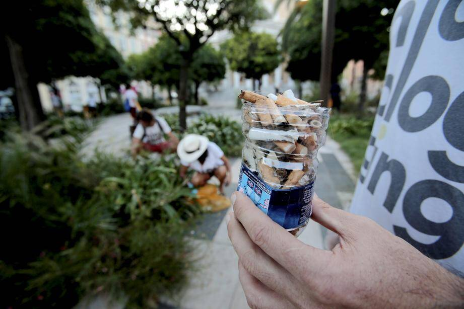 Une bouteille remplie de mégots en seulement un quart d'heure lors d'une opération citoyenne en septembre.
