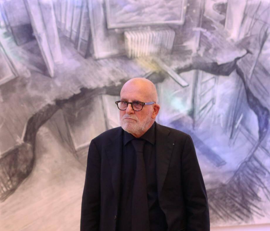 L'artiste devant son œuvre « Nuage » : un univers qui fait ressortir l'étrangeté du quotidien.