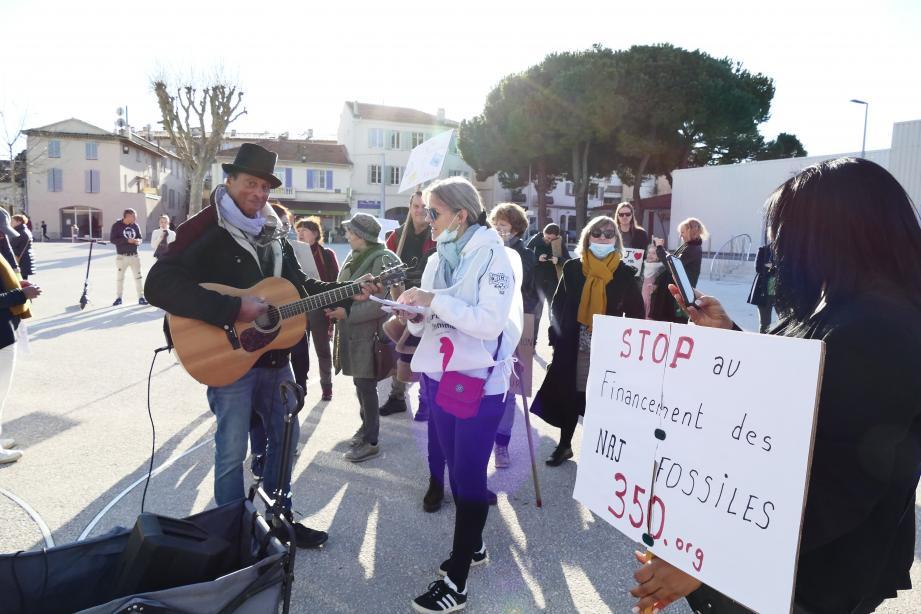 Hier, sur l'esplanade du Pré-des-Pêcheurs, à l'heure du départ de la marche pour le climat.
