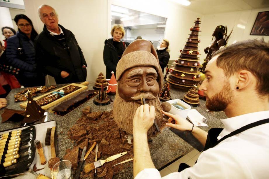 Johan, chef adjoint de Jérôme De Oliveira, fait   admirer ses talents de sculpteur de chocolat...