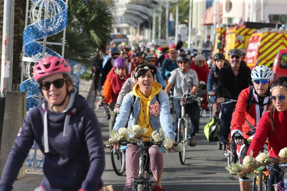 Les cyclistes ont rejoint le stade Rondelli depuis l'esplanade Jean-Gioan.
