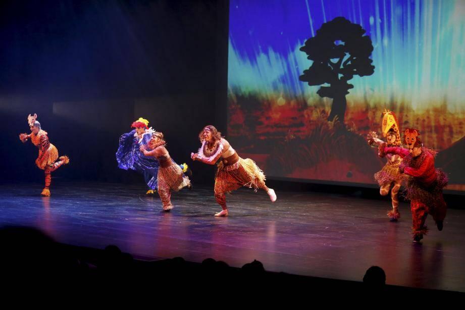 La comédie musicale La légende du Lion a enchanté les deux mille enfants . A la clef : plein de cadeaux et une rencontre avec le Père Noël... (Photo Dylan Meiffret)