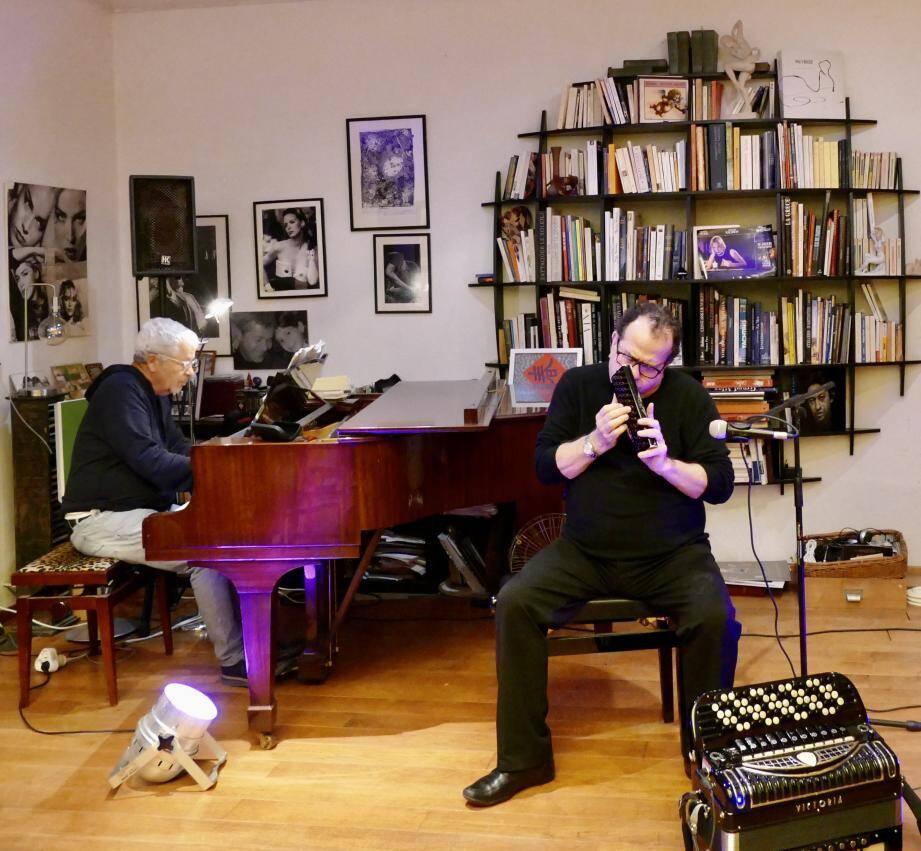 Dans son salon, en présence d'invités, le cardiologue Bernard Olivieri accompagne au piano son ami Richard Galliano. D'autres grands noms du jazz ont dit oui à ce concept.