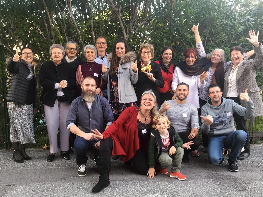Membres et bénévoles de l'association ZEN ASSISTANCE entourent la directrice Nathalie Blaizot (premier plan, veste rouge).