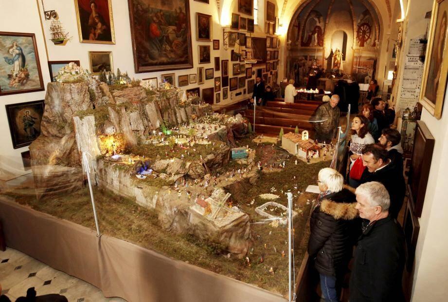 La guilde des Ficanas a réalisé la plus grande crèche présentée dans la chapelle de La Garoupe. Elle s'expose sur 16m².