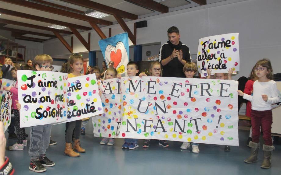 Les enfants ont dansé et rappelé leurs droits devant un public d'enfants, d'élus et de représentants de l'UNICEF.