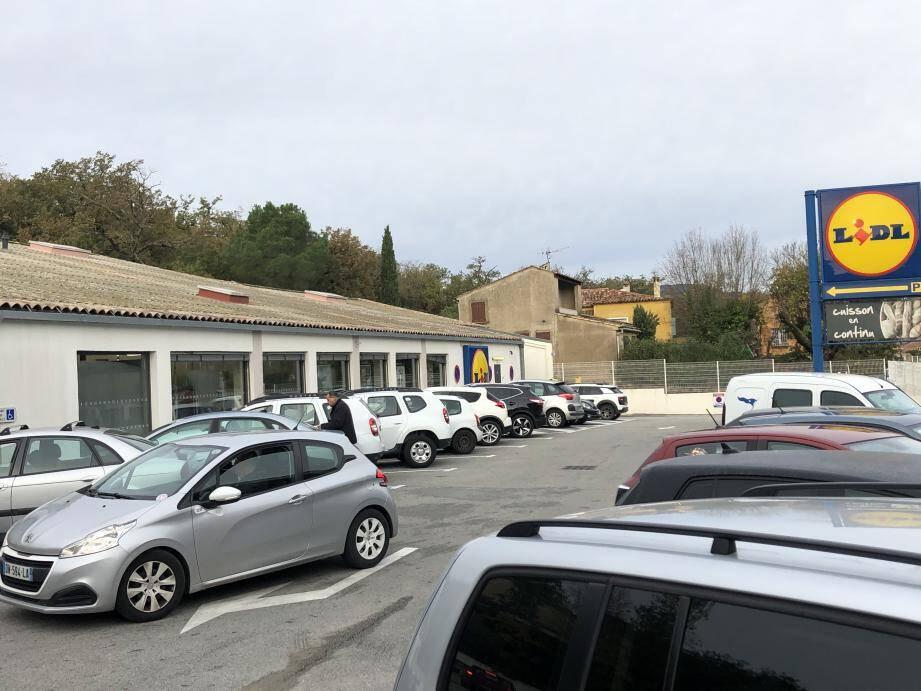 Le parking du supermarché est très vite saturé. Un constat qui s'ajoute au désir de l'enseigne de trouver plus grand.