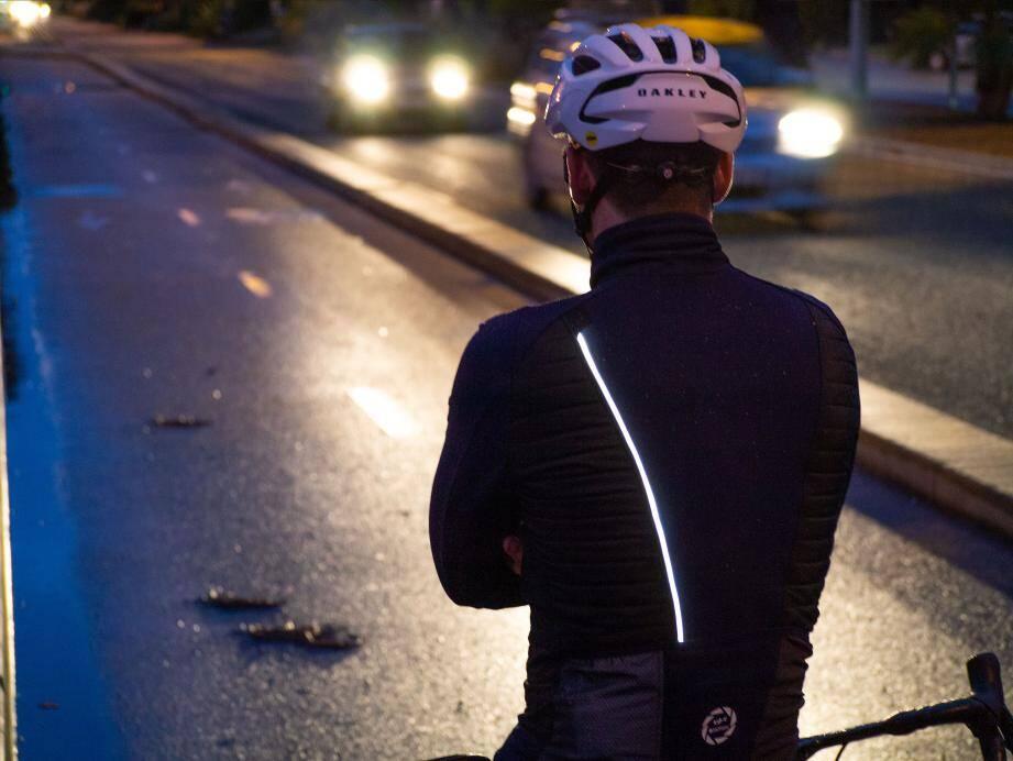 L'ancien cycliste pro Geoffroy Lequatre lance cette veste G4 avec une fibre optique lumineuse intégrée.