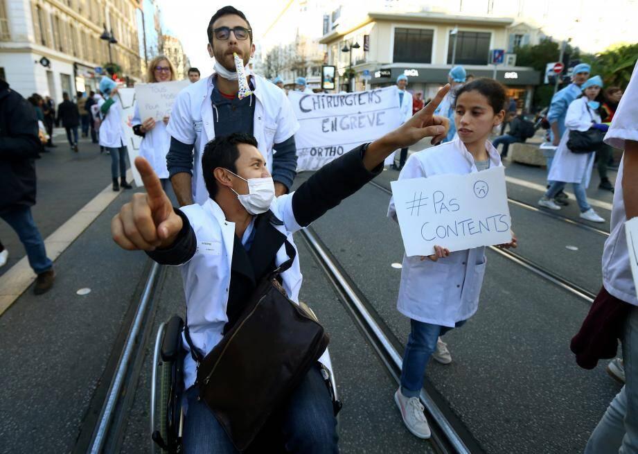 En grève illimitée depuis hier, près de 200 internes (selon la police) ont crié leur souffrance, hier, dans la rue.