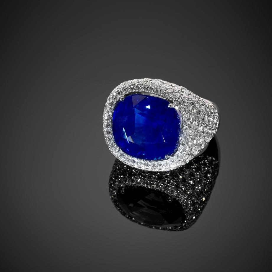 Épargnée de tout traitement thermique, cette gemme au bleu profond, combinée à une grande transparence, a séduit les collectionneurs.