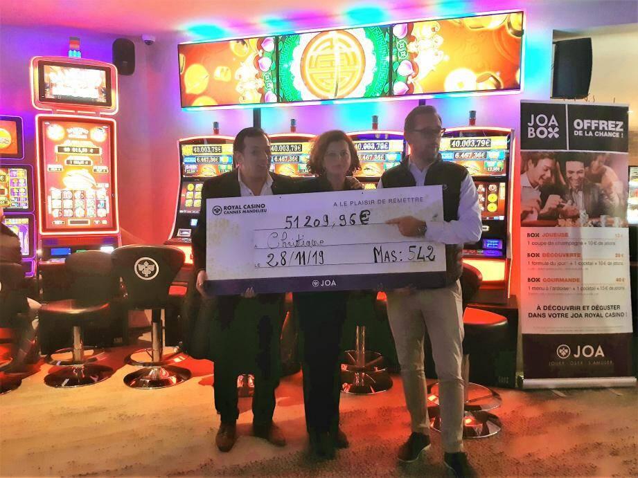 C'est un joli chèque que Jean-François Chapel, directeur général du casino (à droite), a remis à l'heureuse gagnante.(DR)