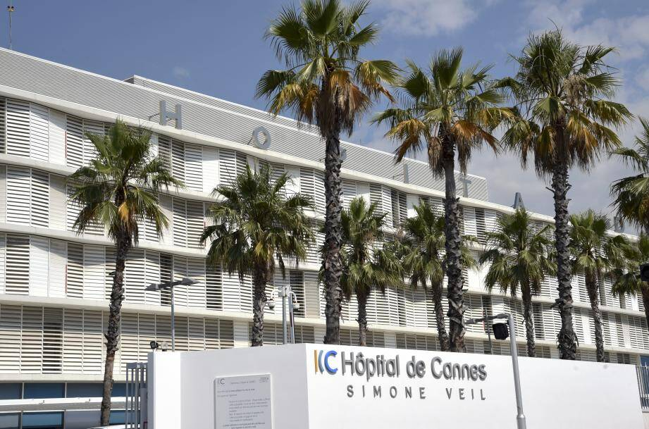 Pour aujourd'hui, la direction de l'hôpital invite « ses patients à ne pas se présenter directement aux urgences sans avis médical ».