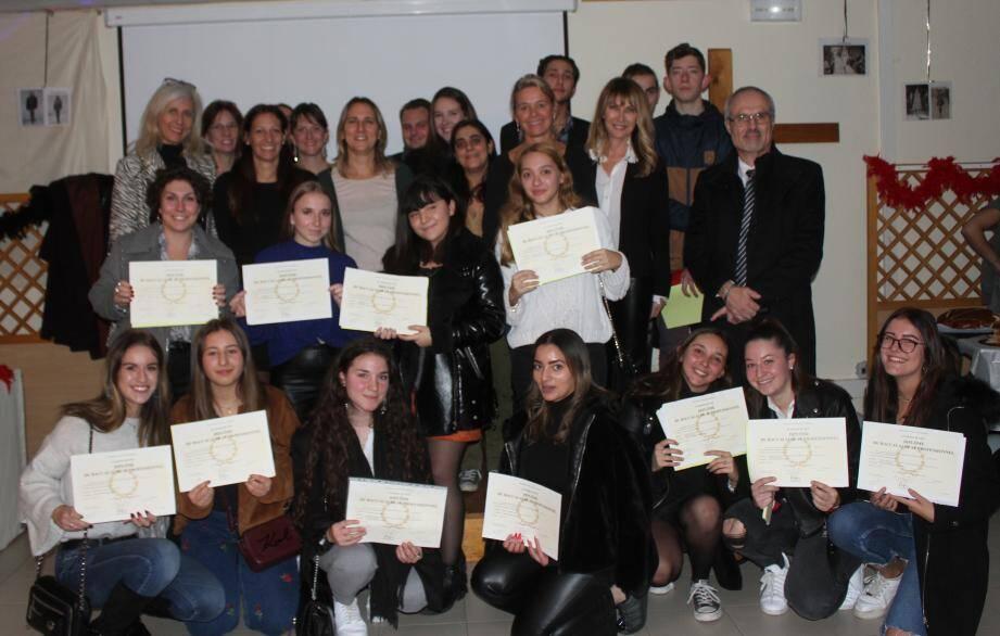 Yannick Mongenot, professeurs et élèves reçus avec mentions très bien et bien.