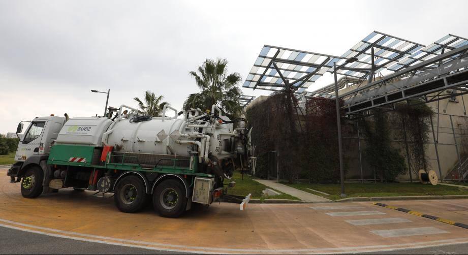 L'usine de traitement des eaux usées Aquaviva de Mandelieu exploitée par Suez. C'est d'ici que partirait, dans le cadre du projet pilote « REUT », l'eau épurée destinée aux espaces verts, au nettoiement de la voirie (etc.) par les agents intercommunaux de Cannes Lérins. Illustration.