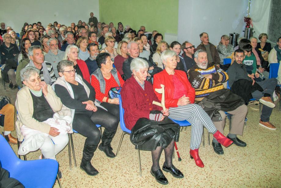 La salle des fêtes a été prise d'assaut par les amateurs de chant choral et les amis des chanteurs.