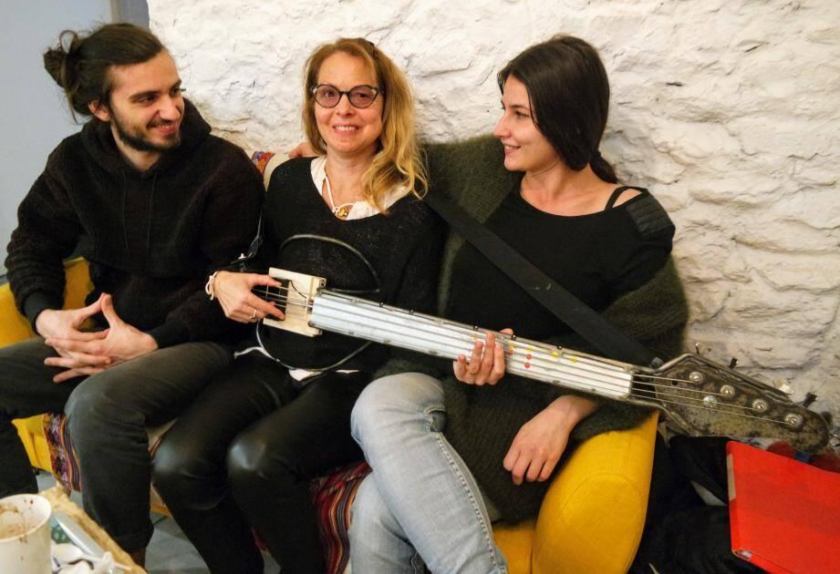 """Lily Regnault (au centre), musicienne sourde, s'est appropriée avec bonheur la basse inventée par Cassandra Felgueiras, avec qui elle joue dans le groupe """"Outre mesure"""", où David Benzazon est batteur."""