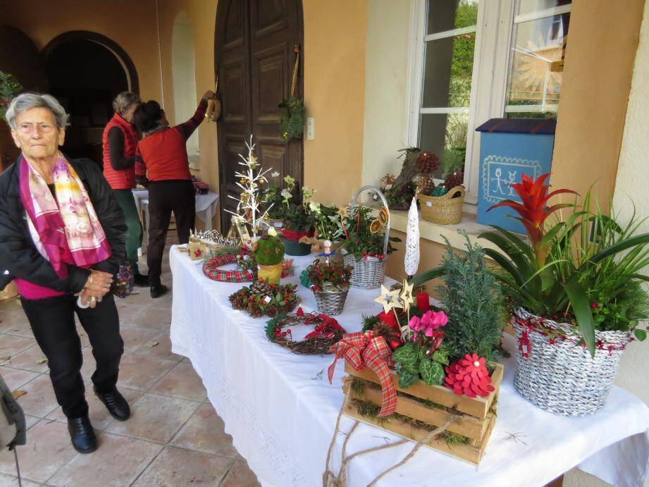 Sur les stands, des objets faits main sur le thème de Noël.