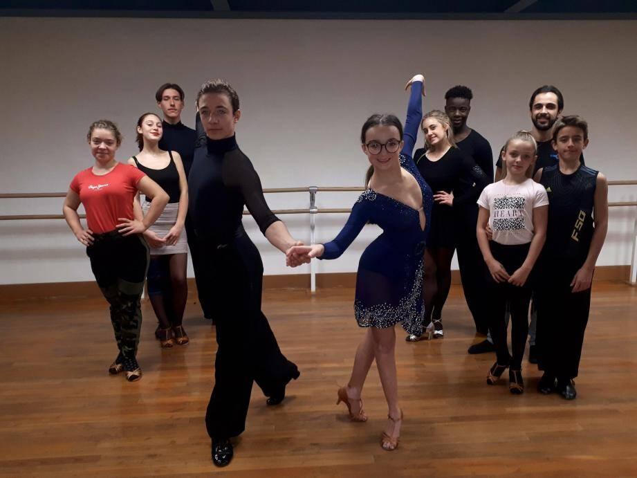 Ambre et Aurélien ont fait briller les couleurs de la section danse sportive du club Léo-Lagrange, animée avec beaucoup de talent par Alexis Leonardo (à droite).