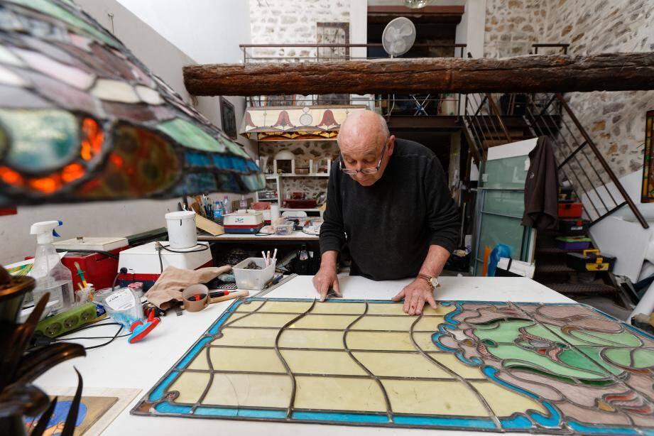 Comme Gérard Sala, artisan vitrailliste, une trentaine de métiers d'art font aujourd'hui la notoriété de la commune.
