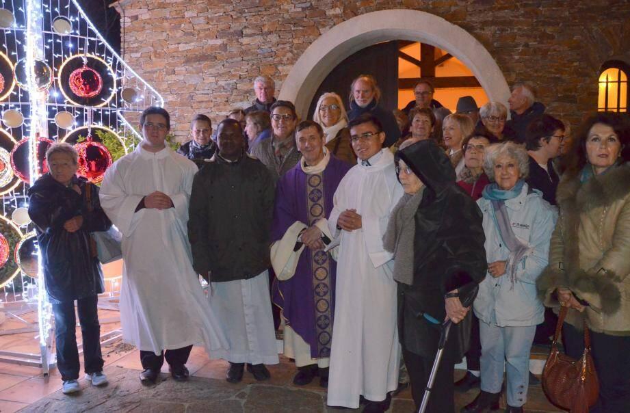 Après la messe, les paroissiens se sont retrouvés près d'un sapin lumineux pour déguster un vin chaud après l'office.