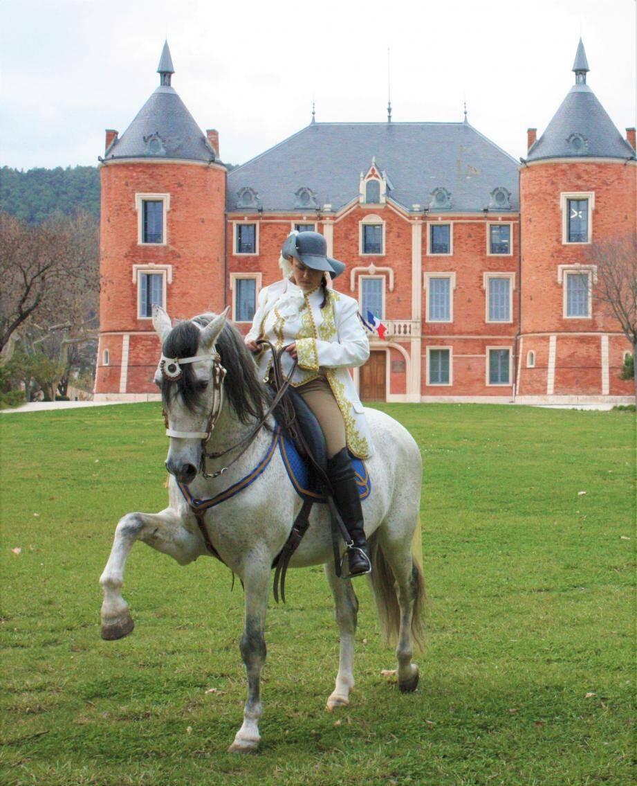 Céline et sa tenue d'écuyère du XVIIIe siècle.