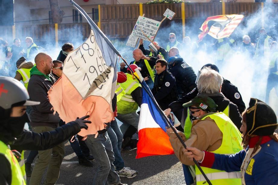 Un policier est poussé au sol, puis frappé alors qu'il est à terre. Ses collègues interviennent, pour desserrer l'étau des manifestants.