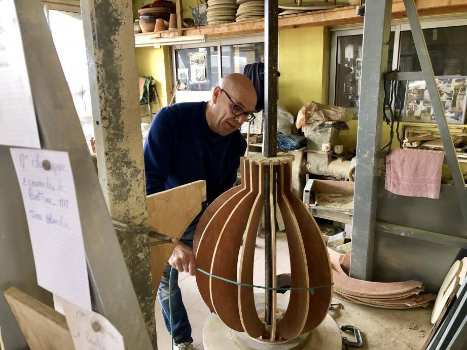 La fabrication en trois temps des futures oranges monumentales : la pose des gabarits en bois sur le tour de potier, l'application d'une corde puis de l'argile rose. Les sphères, cuites deux fois, doivent ensuite sécher pendant plus d'un mois.