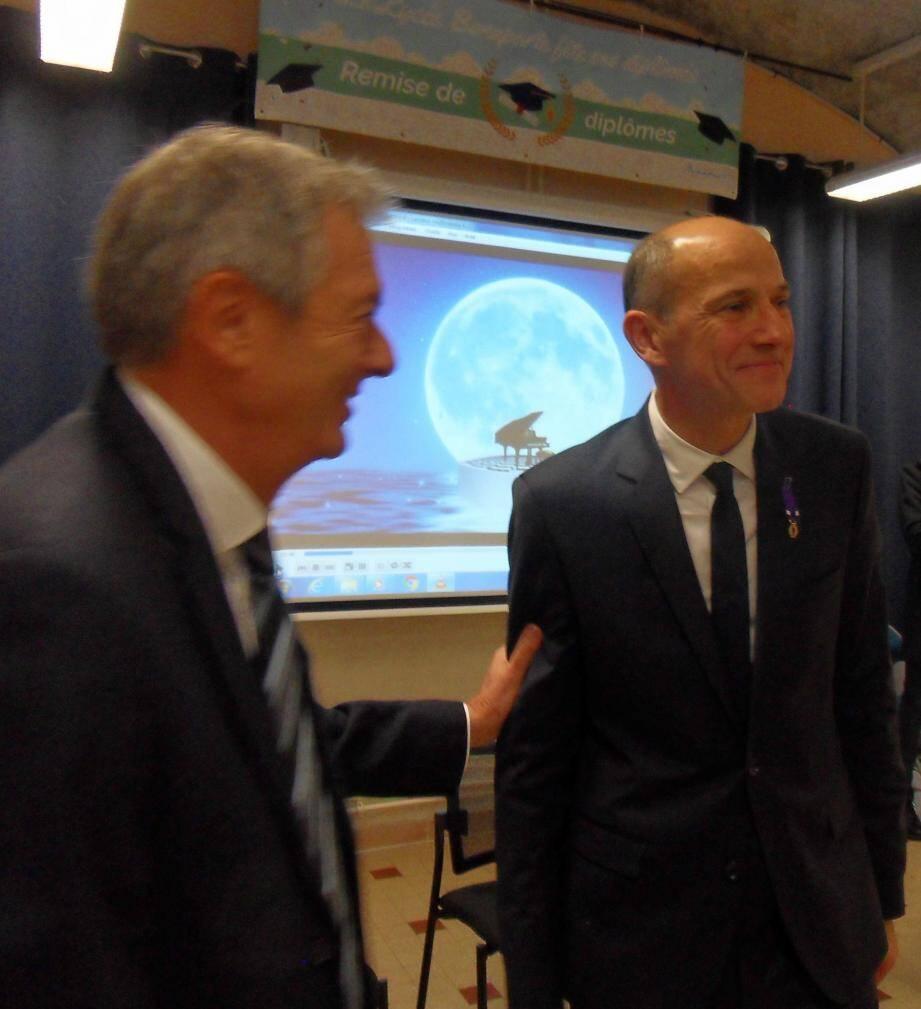Olivier Millangue, directeur des services départementaux de l'Education nationale, vient de féliciter Marc Duran, nommé commandeur dans l'Ordre des Palmes académiques.