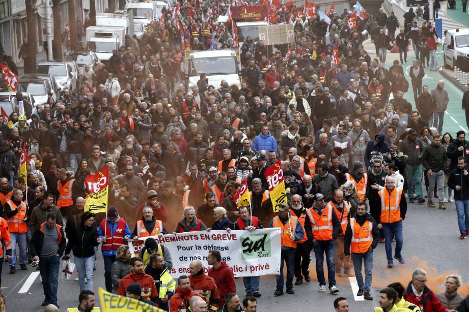 Pompiers, cheminots, enseignants, hospitaliers… Si leur nombre fait débat, les manifestants étaient encore nombreux hier matin