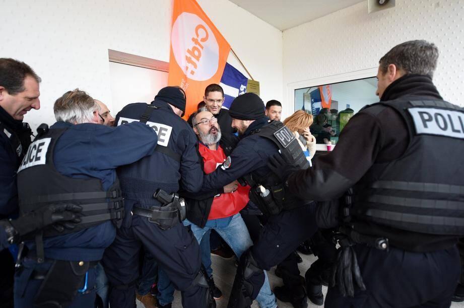 Les forces de l'ordre et les agents de l'administration pénitentiaire n'ont pas eu besoin d'en venir aux mains hier matin.