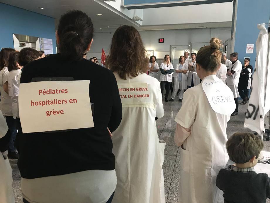 Réuni, ce mardi, dans le hall de l'hôpital Lenval, le personnel était unanime à se plaindre de conditions de travail dégradées, au détriment de la qualité des soins aux patients.