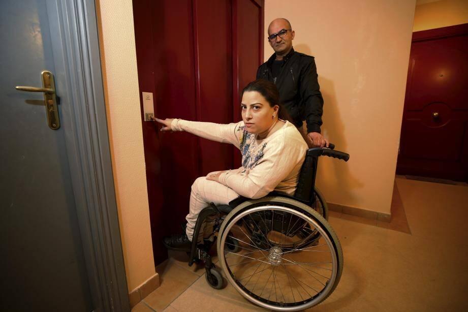 Sans ascenseur cette mère de famille ne peut pas sortir de chez elle.