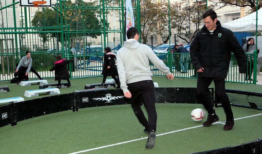 Ce genre d'équipement se développe de plus en plus dans les villes pour pratiquer le football ou le basket-ball.