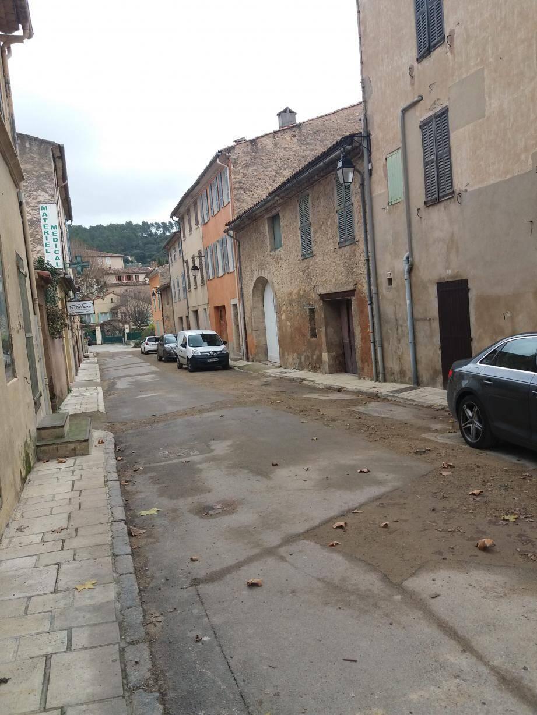 A gauche : la rue de la Victoire va faire l'objet de travaux, et disposera d'un nouveau revêtement. A droite : une étude est lancée pour savoir ce que deviendra la bastide des Verdares.