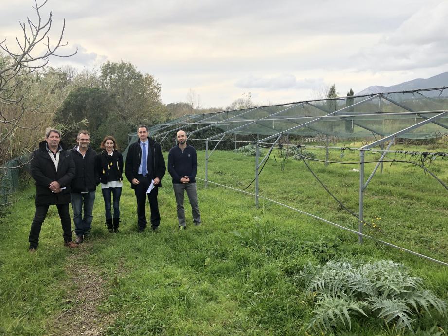 Jean-Claude Véga et Hervé Stassinos ont confié les clés des Jardins de Pauline aux responsables de l'association La Bélug de lou pitchoun Prat.