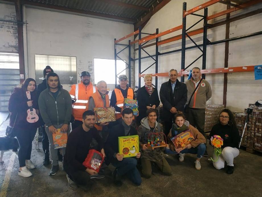 Pensionnaires de l'École de la 2e chance, UPV et Banque alimentaire se sont mobilisés pour collecter des jouets à l'approche du réveillon de Noël.