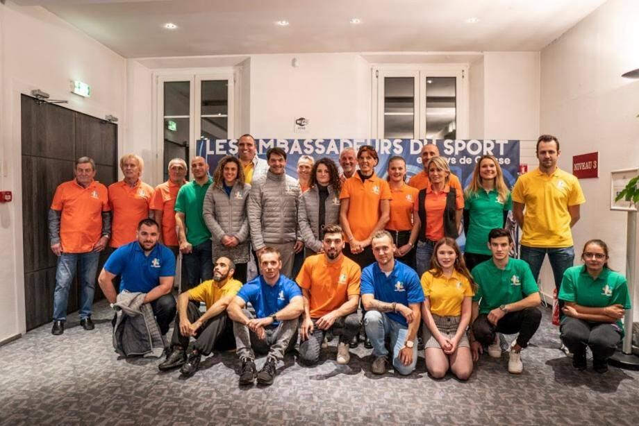 La Team ambassadeurs du sport avec les sportifs présents mercredi soir au palais des congrès.DR