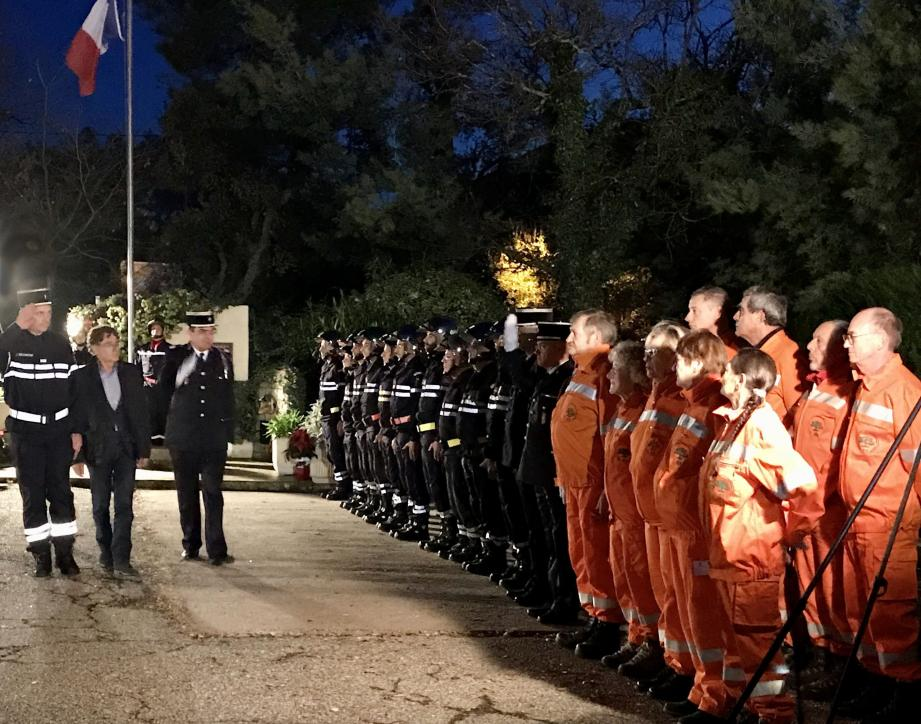 Les autorités ont salué les soldats du feu et tous ceux qui luttent à leurs côtés.
