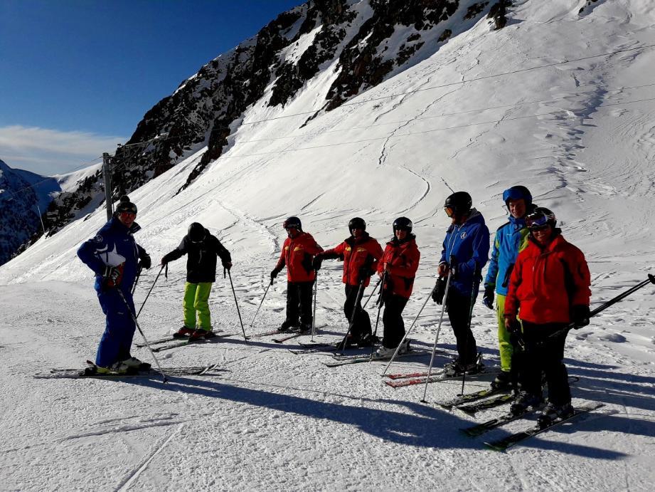 Les huit moniteurs du Ski club de Grasse recyclés à Isola 2000 en ce début de saison.(DR)