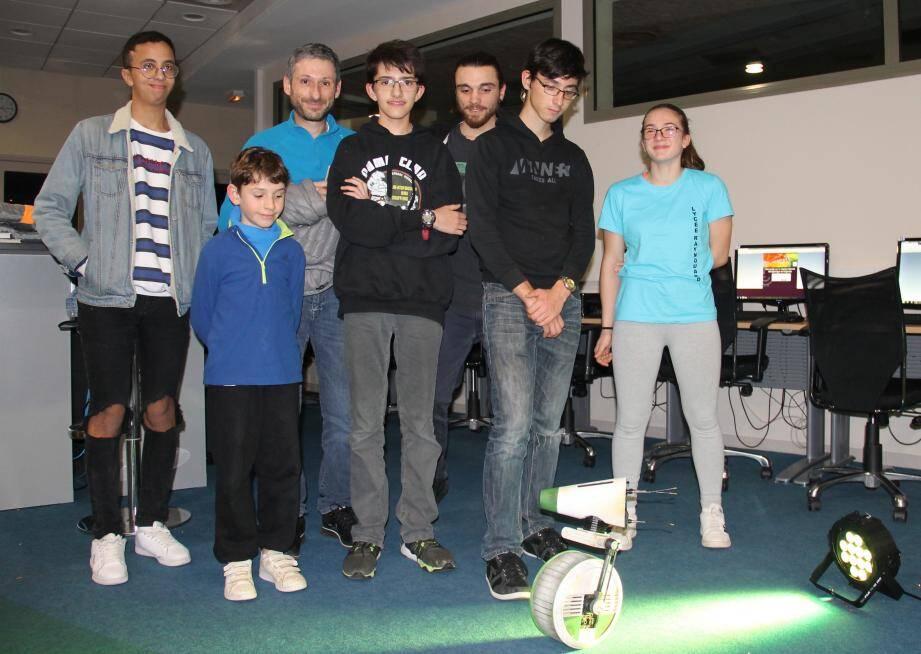 Des programmeurs heureux devant le résultat des ateliers menés durant plusieurs semaines.