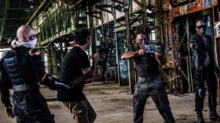 Les comédiens en plein tournage dans un monde post apocalyptique figuré dans une friche industrielle de la métropole.