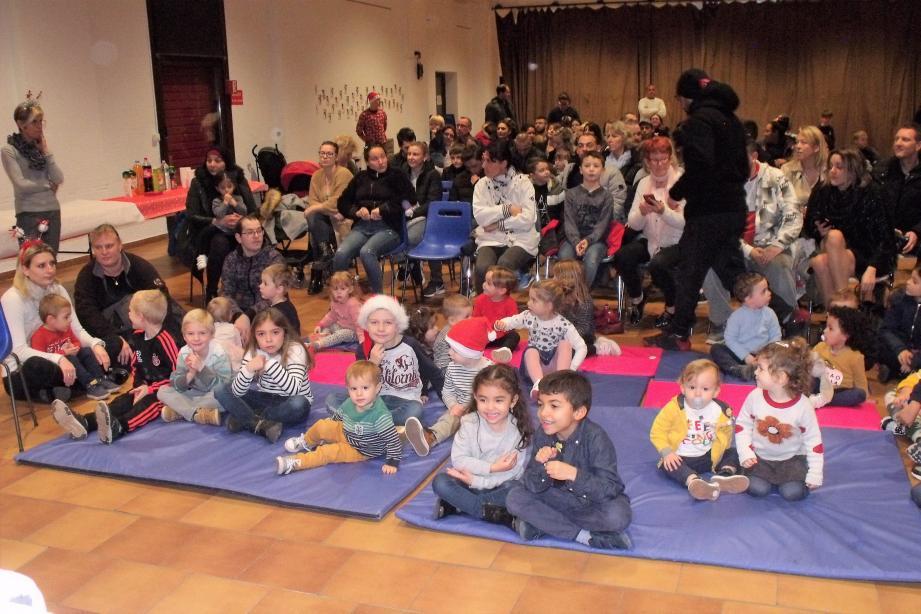 En attendant le Père Noël, place au spectacle de marionnettes.