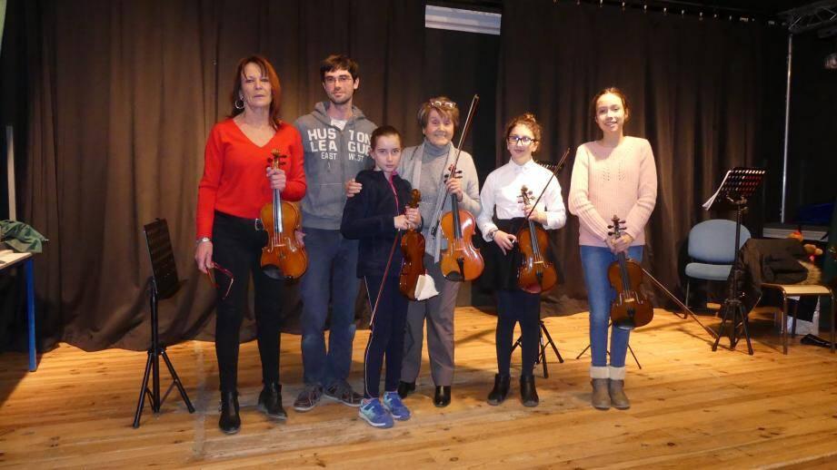 Régine De Gaudemar, Jean-Damien Dupuy, Pauline, Aurélia Spadaro, Mélanie et Myriam, lors de la séance de découverte du violon sur la scène de la Maison de Pays.