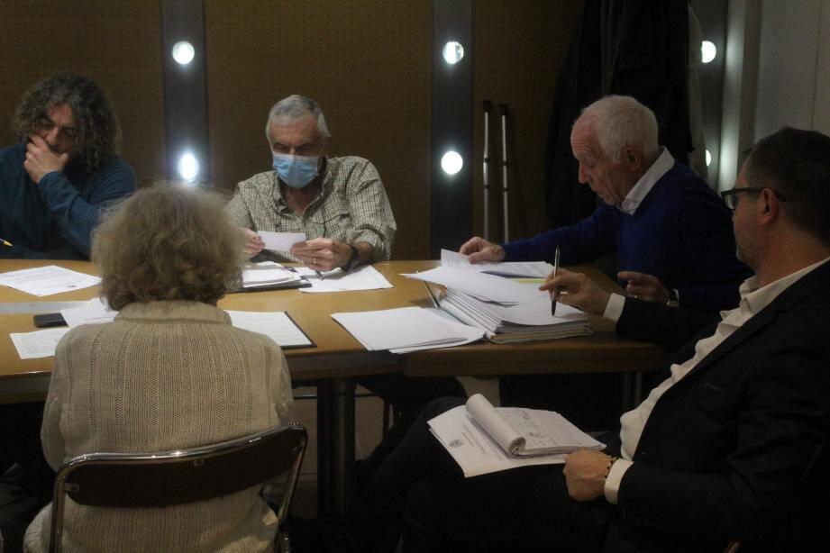 Alain Reichardt durant le conseil avec, à sa gauche, Georges Bricout 1er adjoint et l'élu Stéphane Baumier.