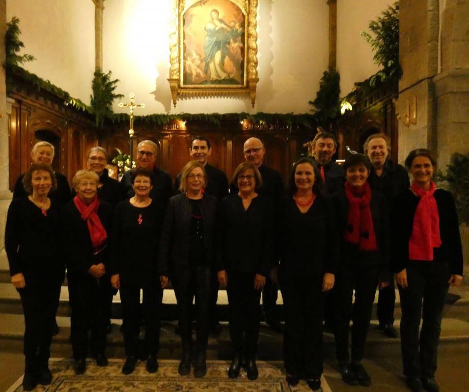 La quinzaine de choristes de l'ensemble vocal farlédois Poly-sons en pleine répétition.