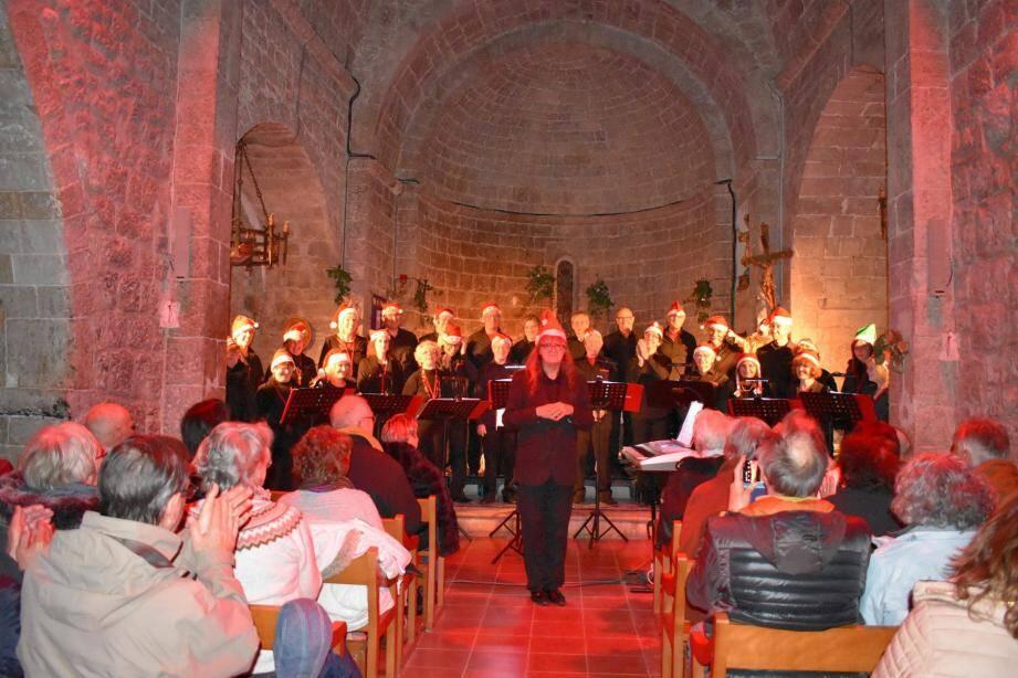 Jean Devard et ses choristes ont donné un beau concert. Malgré le mauvais temps, le public a répondu présent à cette soirée.