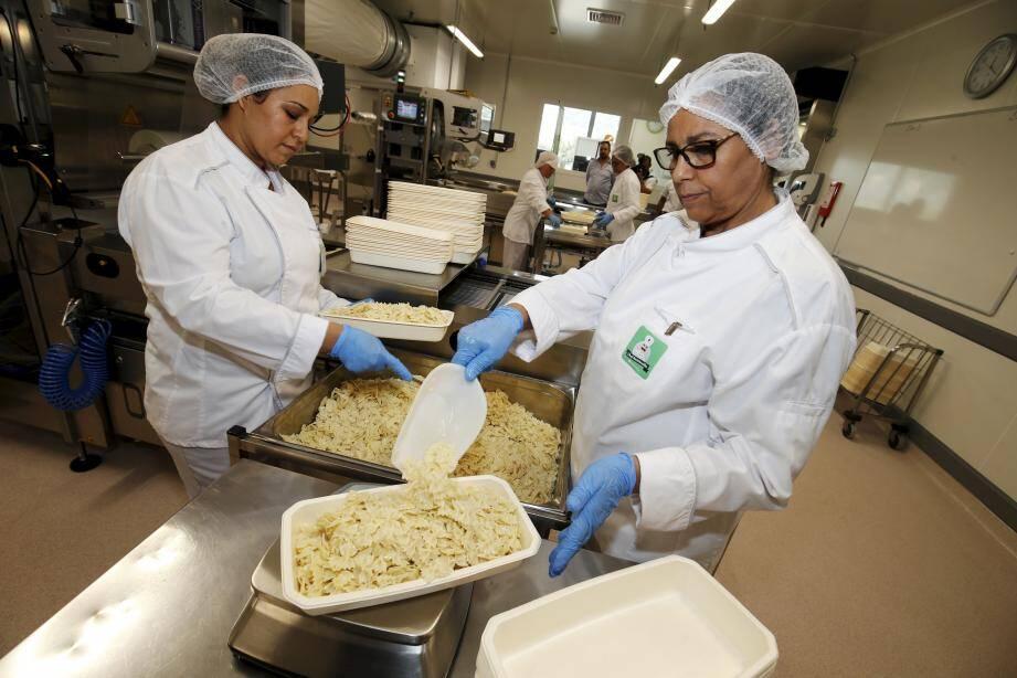 La cuisine centrale de Nice, en septembre, où 27 000 plats sont préparés chaque jour.