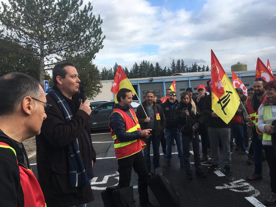 À la sortie de leur audition par les gendarmes, Olivier Masini et Christophe Campagna, représentants syndicaux CGT, ont fait un compte rendu à leurs camarades venus les soutenir.