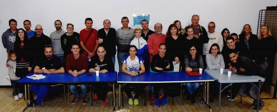 Les athlètes du LAM autour de leur présidente Maud Jenin (au centre en blanc).